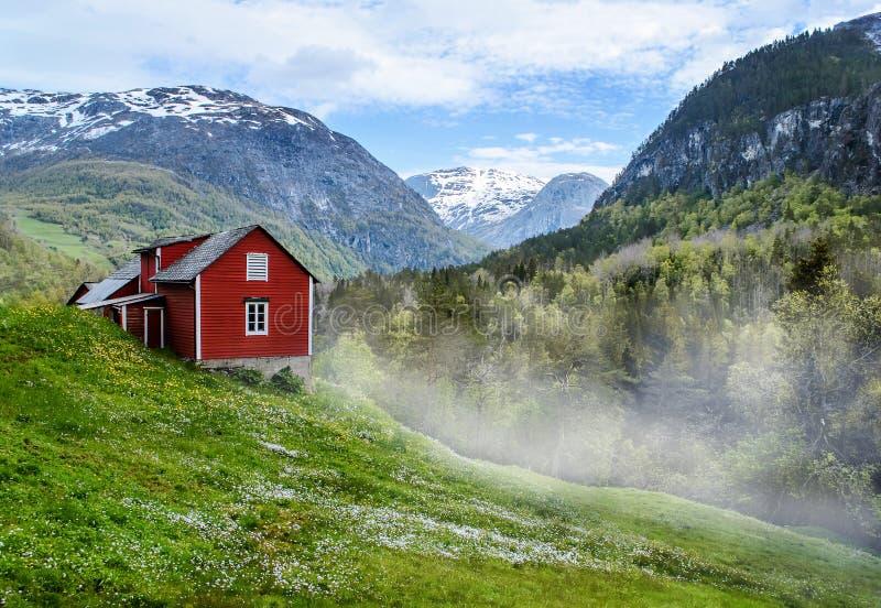 Casa de campo vermelha névoa foto de stock