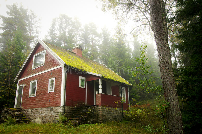 Casa de campo vermelha velha na floresta. fotografia de stock