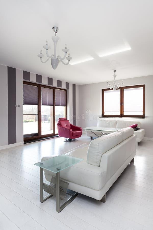 Casa de campo vibrante - sofá brilhante imagem de stock