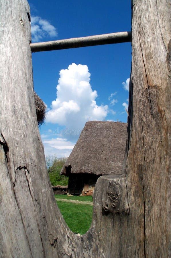 Casa de campo vista a través de la cerca de madera fotografía de archivo