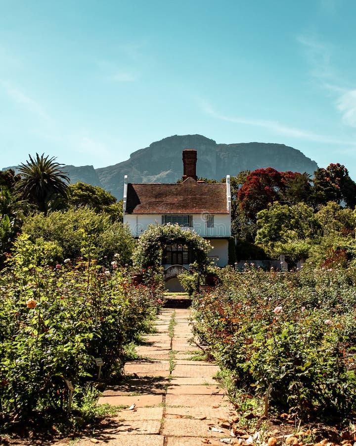 Casa de campo vitoriano do estilo com o arco no jardim de rosas fotos de stock royalty free