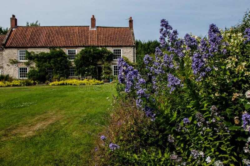 Casa de campo y jardín fotografía de archivo libre de regalías