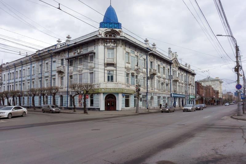 A casa de canto principal da propriedade velha da casa de troca de Gadalov é ficada situada no centro histórico de Krasnoyarsk foto de stock