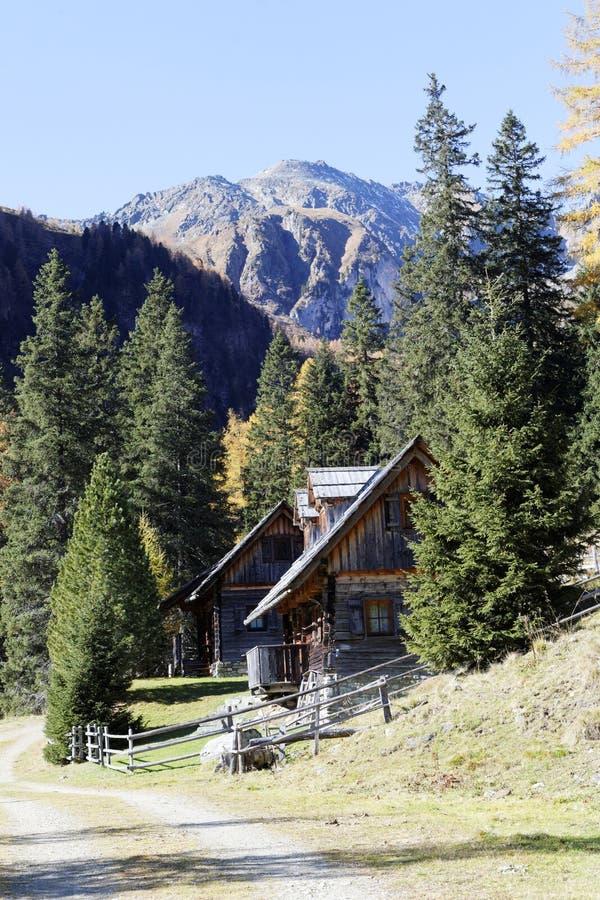 Casa de cazadores en las montañas imagen de archivo