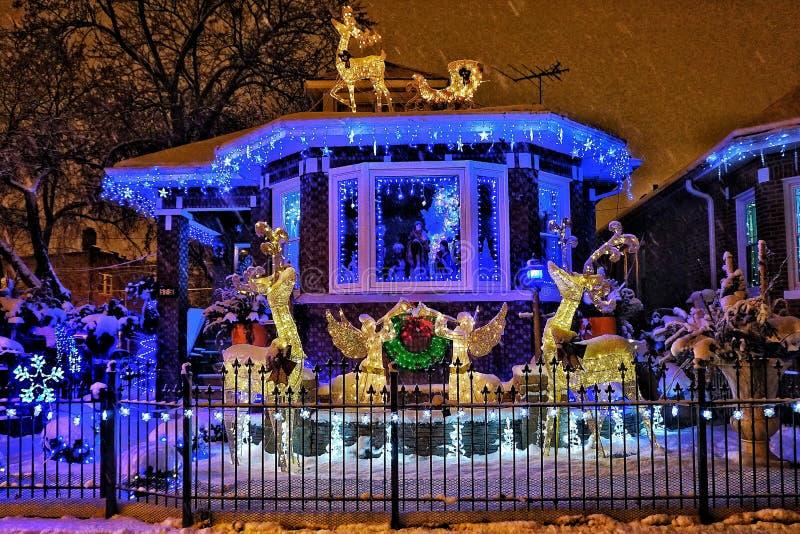Casa de Chicago con las luces de la Navidad imágenes de archivo libres de regalías