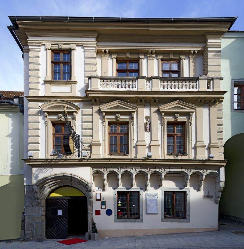 Casa de cidade histórica com elementos góticos e do historicism imagem de stock