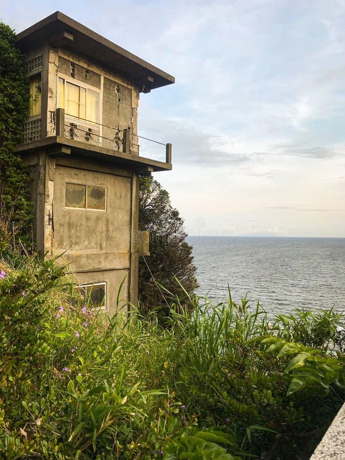 Casa de cidade japonesa escondida do lado de mar foto de stock royalty free
