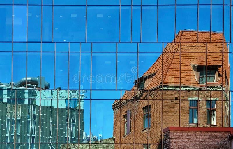 Casa de construção Windows azul a de vidro da parede dos grafittis da reflexão de Sun da fachada, a moderna e a velha do vintage imagem de stock