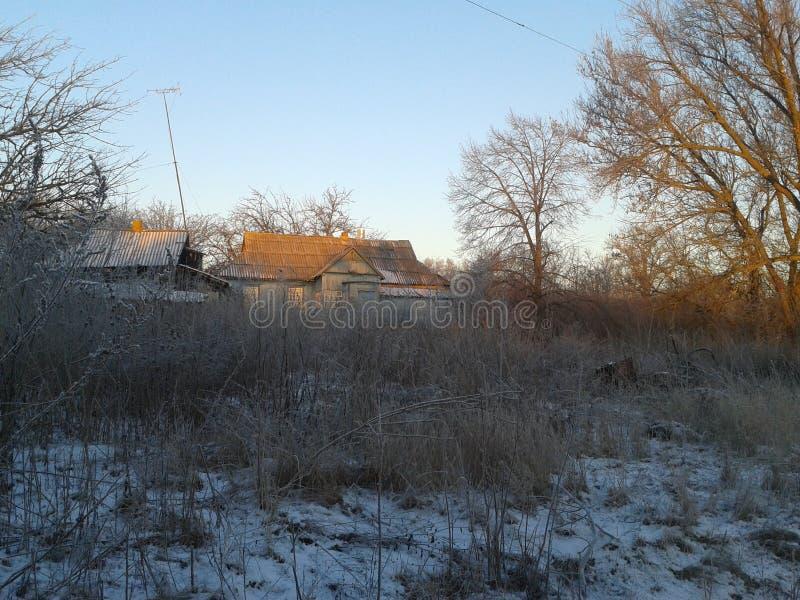 Casa de Coutryside em Rússia no inverno imagens de stock royalty free
