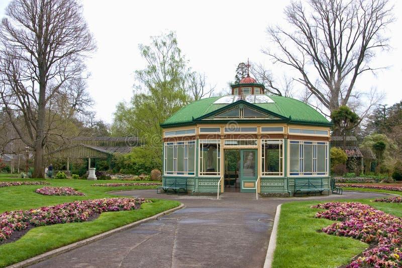 Casa de cristal en los jardines botánicos fotos de archivo libres de regalías