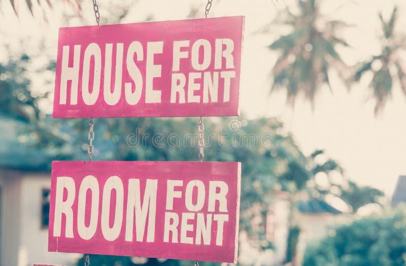 Casa de dois sinais para o aluguel imagens de stock