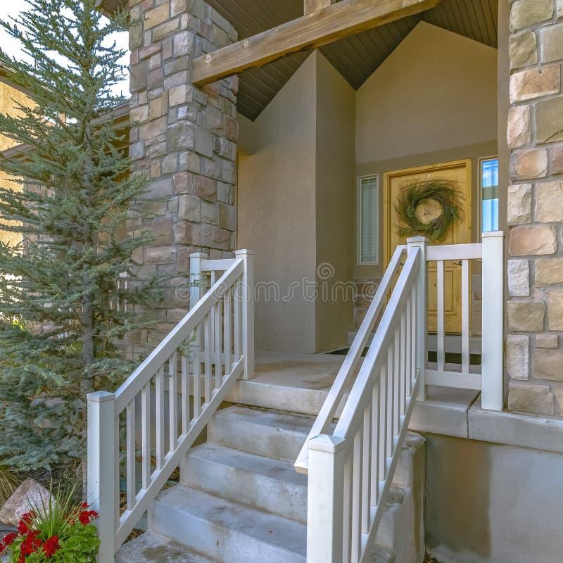 Casa de Eagle Mountain com escadas e a porta amarela imagem de stock