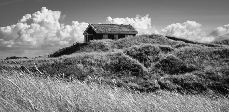Casa de férias clássica nas dunas (2), Dinamarca fotografia de stock