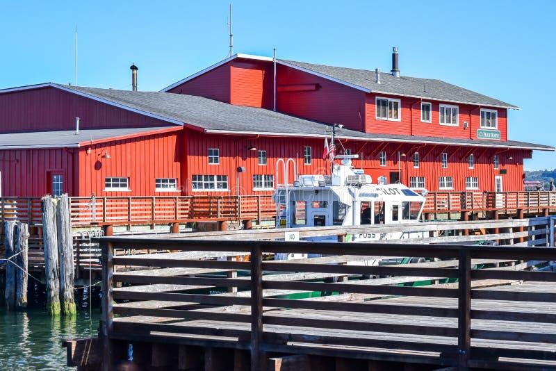 Casa de f?rias luxuosa de House do piloto na margem ao longo do Rio Columbia em Astoria do centro foto de stock royalty free