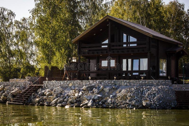 Casa de férias pela água imagens de stock