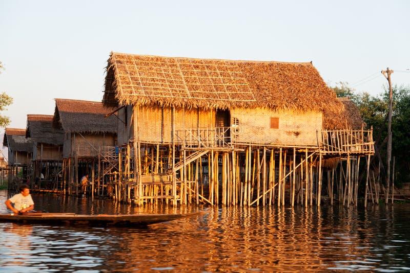 Casa de flutuação da vila no lago Inle, Myanmar fotografia de stock