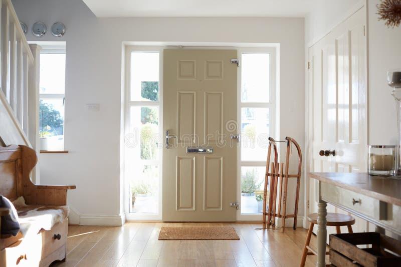 Casa de Front Door Of Contemporary Family imagem de stock
