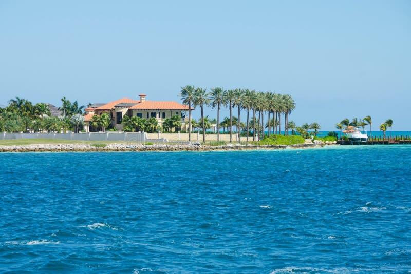 Download Casa De Gama Alta Nos Tropics Foto de Stock - Imagem de palma, rentals: 26516692