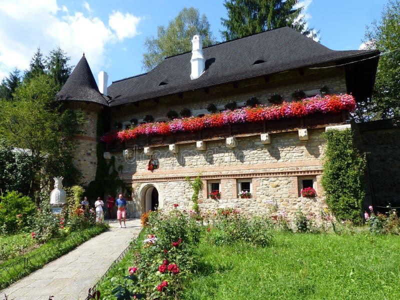 Casa de hóspedes muito na flor de um monastério do Bucovina em Romênia Em agosto de 2014 imagens de stock