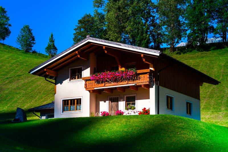 Casa de hóspedes no lugar calmo, nas montanhas e na natureza, Áustria foto de stock royalty free