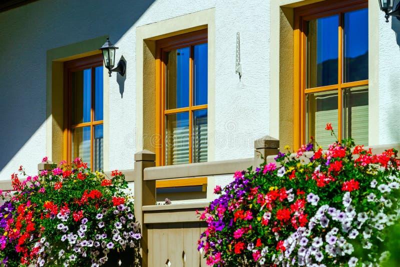 Casa de hóspedes no lugar calmo, nas montanhas e na natureza, Áustria imagens de stock