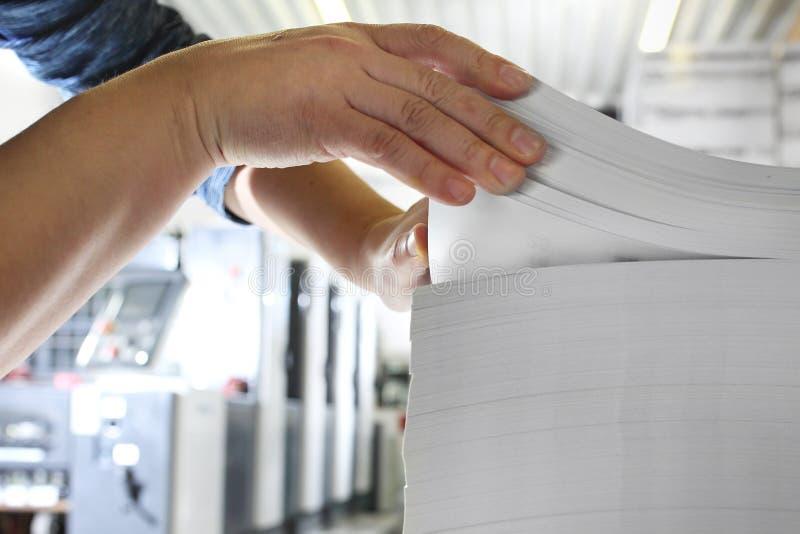 Casa de impresi?n El empleado comprueba el peso de papel fotografía de archivo libre de regalías