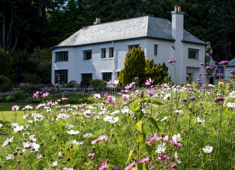 Casa de Inverewe, Escocia, fotografiada del jardín en un día claro del ` s del verano imágenes de archivo libres de regalías