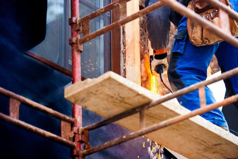 Casa de isolamento do trabalhador da construção com lãs de vidro, fim acima imagem de stock royalty free