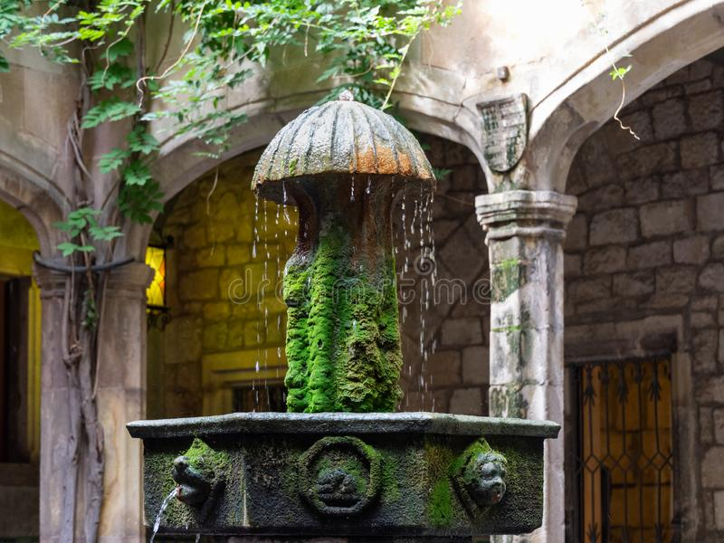 Casa de l 'Ardiaca, Hof mit einem Brunnen im Vordergrund Barri Gotic, Barcelona stockfotos