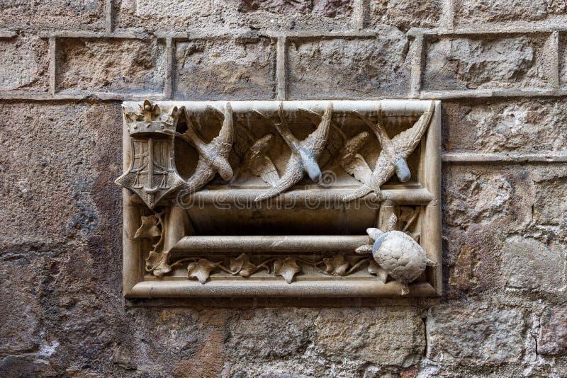 Casa de l 'Ardiaca, Steinbriefkasten mit Schwalben und Schildkröten, Lluis Domenech I Montaner Barri Gotic, Barcelona lizenzfreie stockfotografie