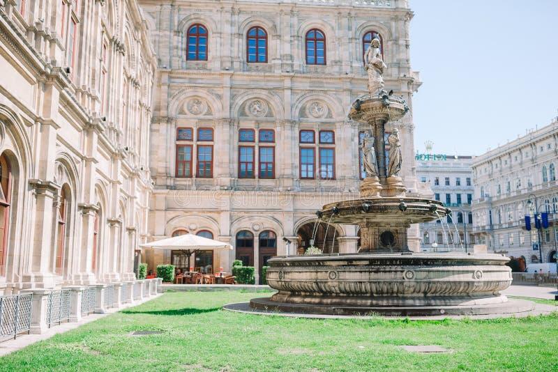Casa de la Ópera de Viena, Austria Vista fotográfica de una fuente en la ópera de Viena fotos de archivo libres de regalías