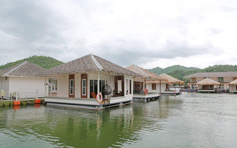 Casa de la balsa que flota en el río con la montaña en el kanchanaburi, centro turístico en Tailandia fotos de archivo