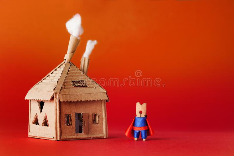 Casa de la cartulina del super héroe de la pinza Traje azul del pequeño del juguete de la superestrella cabo rojo del carácter, f fotografía de archivo