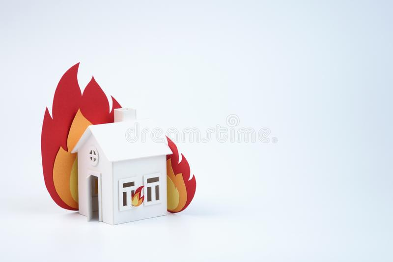 Casa de la cartulina encendida con el fuego del papel, concepto, horas de luz del día imagen de archivo libre de regalías