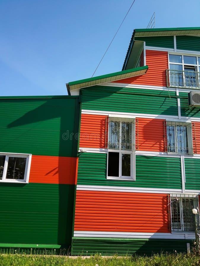 Casa de la ciudad del pueblo que echa a un lado coloreado imagenes de archivo
