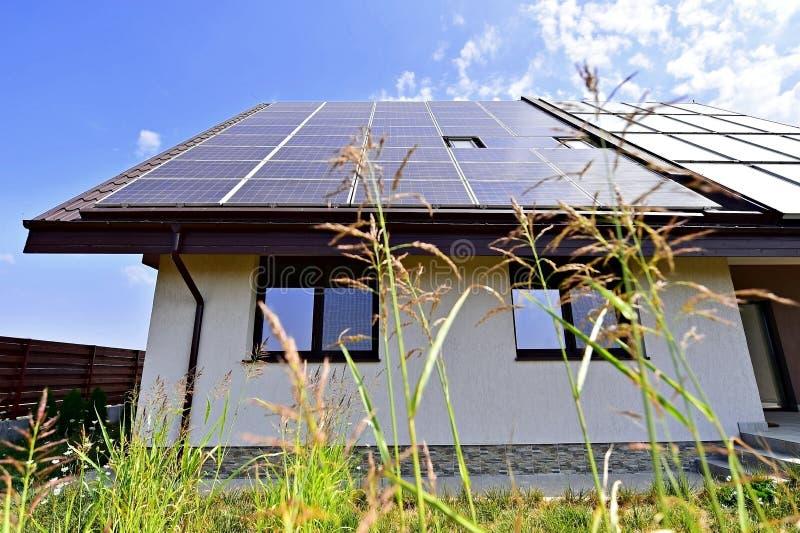 Casa de la energía renovable con el tejado fotovoltaico foto de archivo libre de regalías