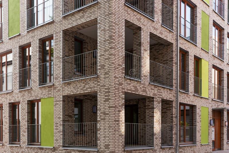 Casa de la esquina moderna con los balcones fotografía de archivo