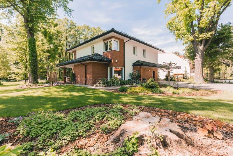 Casa de la familia con el mirador soleado fotografía de archivo libre de regalías