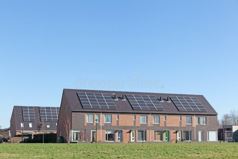 Casa de la familia con los paneles solares fotografía de archivo