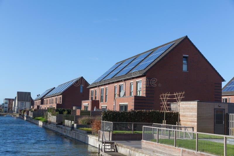 Casa de la familia con los paneles solares imagen de archivo libre de regalías
