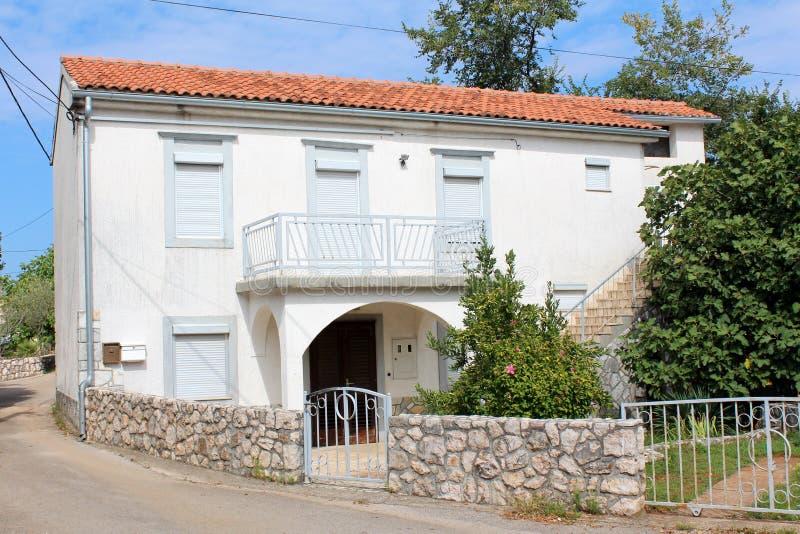 Casa de la familia empleada esquina de calle con las persianas de ventana cerradas y pequeño el balcón delantero rodeados con el  imagenes de archivo