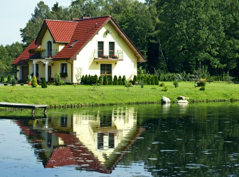 Casa de la familia en un lago foto de archivo