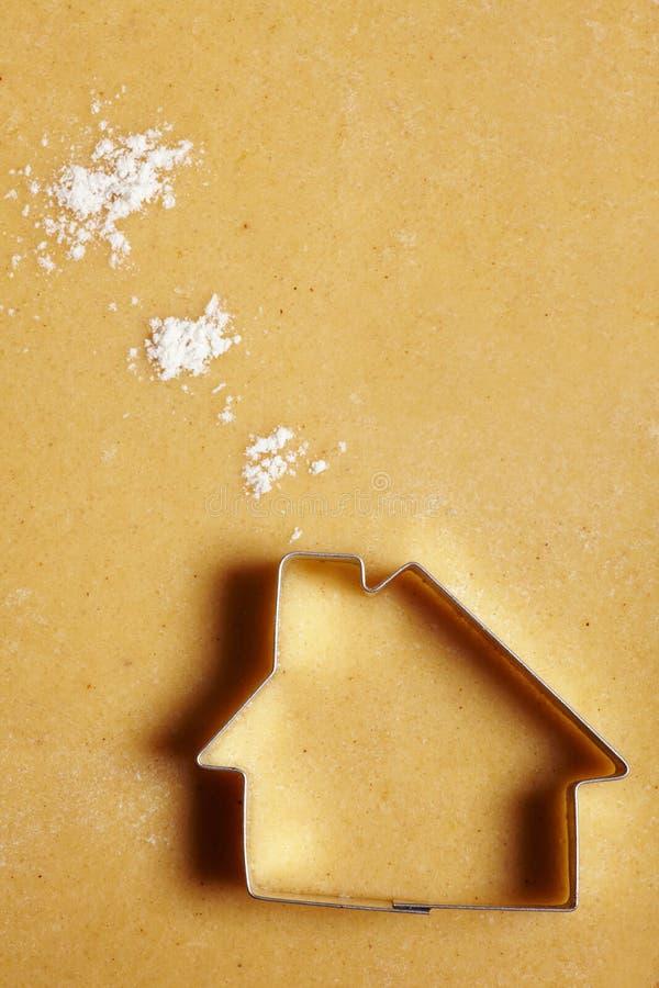 Casa de la galleta con las nubes de la harina fotos de archivo