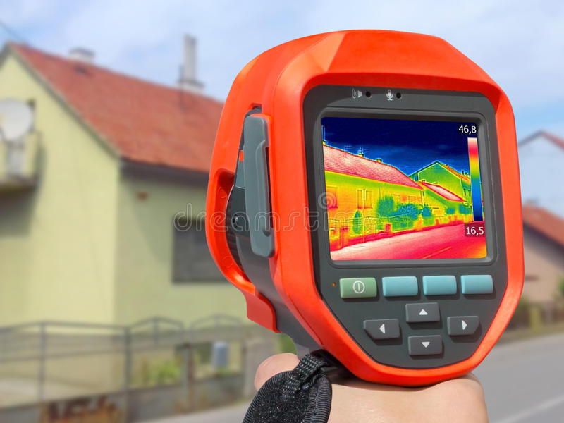 Casa de la grabación con la cámara termal infrarroja imagenes de archivo