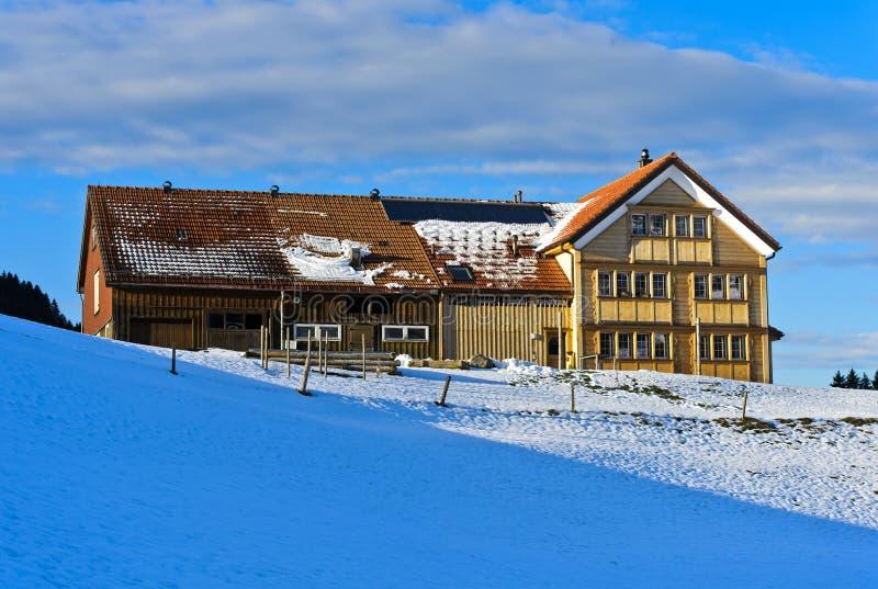 Casa de la granja en el estilo típico de Appenzell imagen de archivo