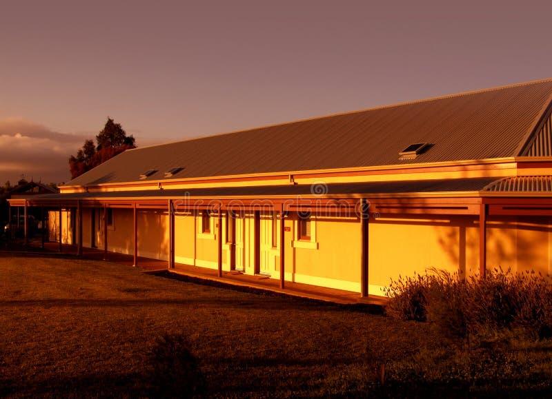 Casa de la granja en la salida del sol fotografía de archivo libre de regalías