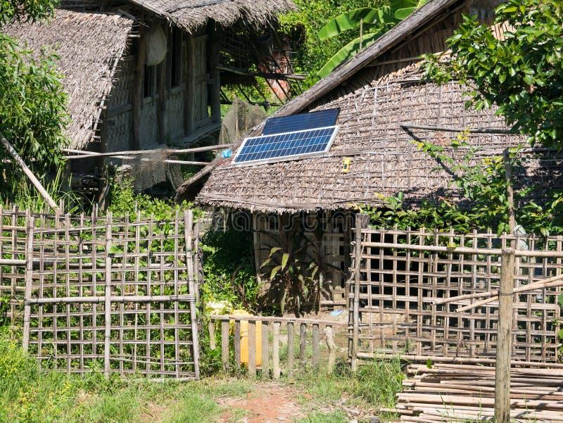 Casa de la paja con el panel solar imagen de archivo libre de regalías