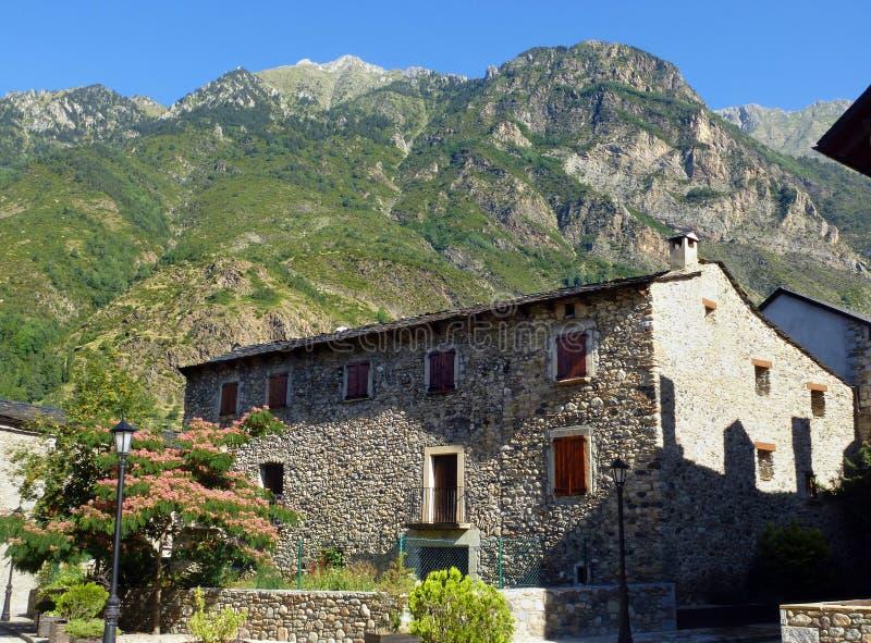Casa de la piedra de Benasque Pirinees Aragón foto de archivo