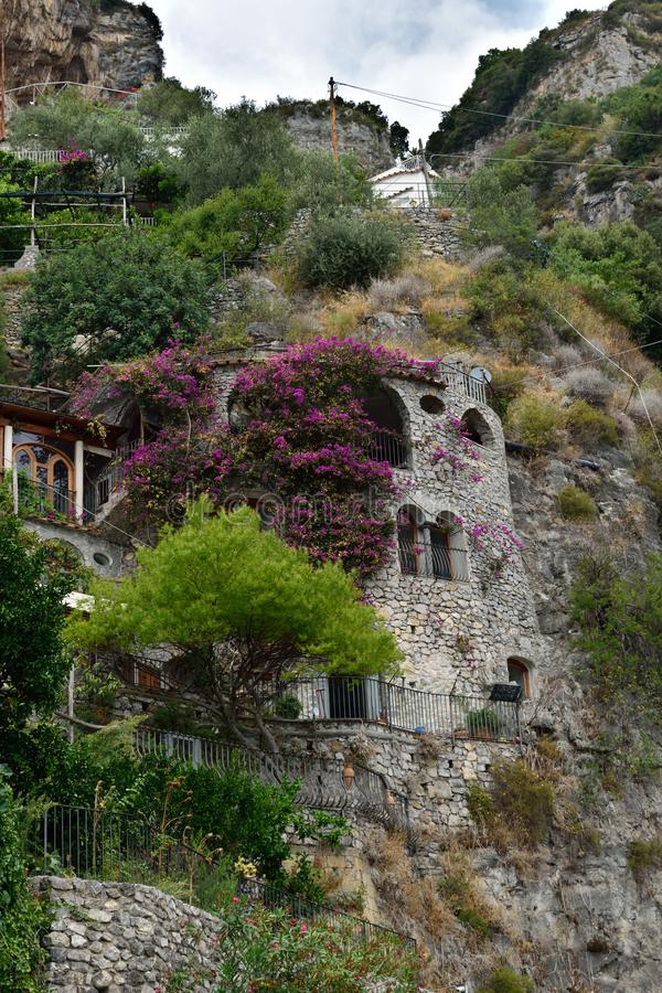 Casa de la piedra de Positano con la buganvilla imagen de archivo