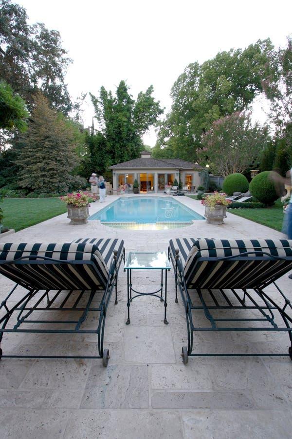 Casa de la piscina del patio trasero fotos de archivo libres de regalías